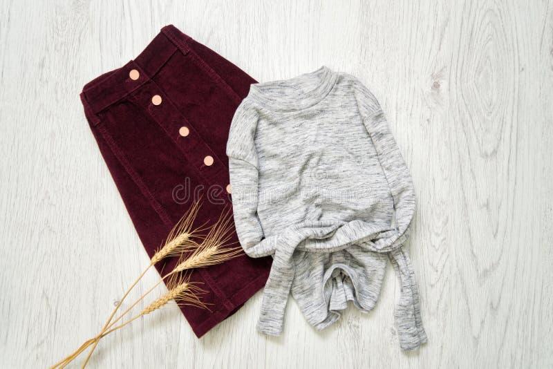 Бургундская юбка замши и серый свитер модная концепция стоковые фотографии rf