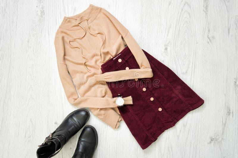 Бургундская юбка замши, коричневый свитер и черные ботинки модно стоковая фотография
