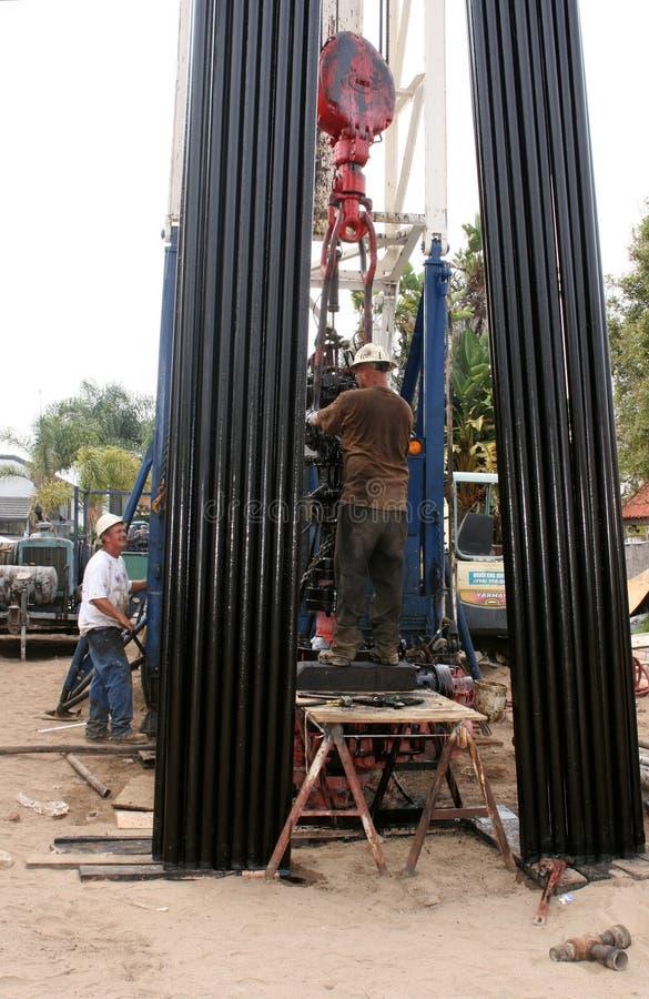 бурильщики смазывают работу стоковое фото rf
