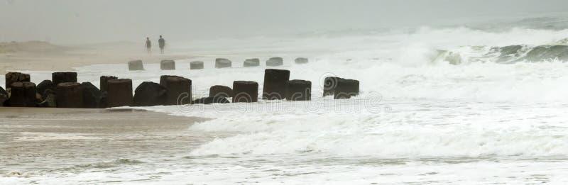 Бурная вода ломает над молой во время шторма стоковое фото rf