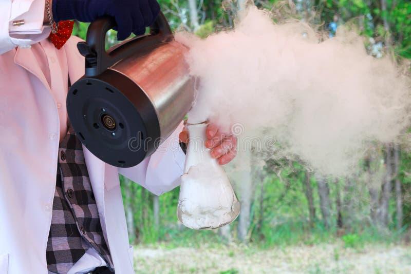 Бурная химическая реакция во время эксперимента стоковое фото