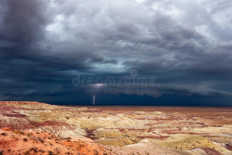 Бурное небо над покрашенной пустыней около Winslow, Аризоны стоковая фотография