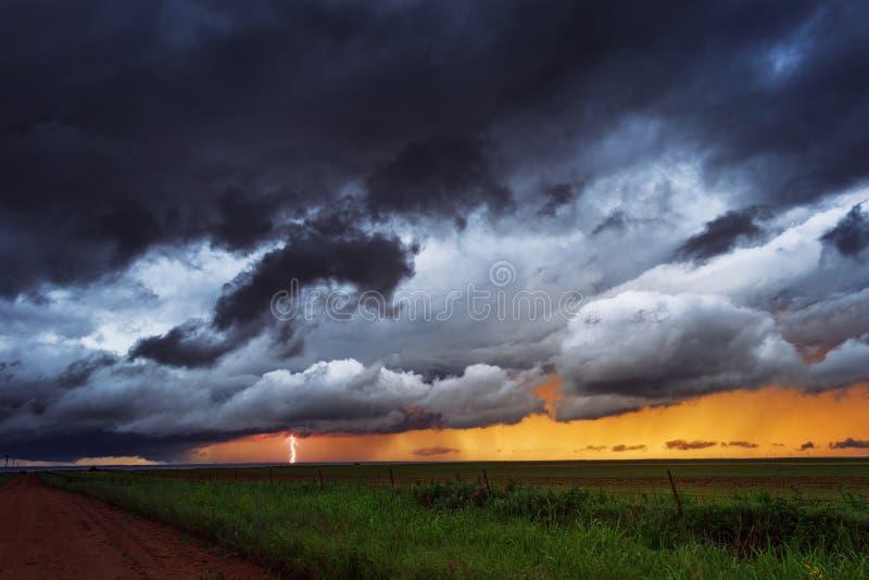 Бурное небо с молнией стоковое изображение rf