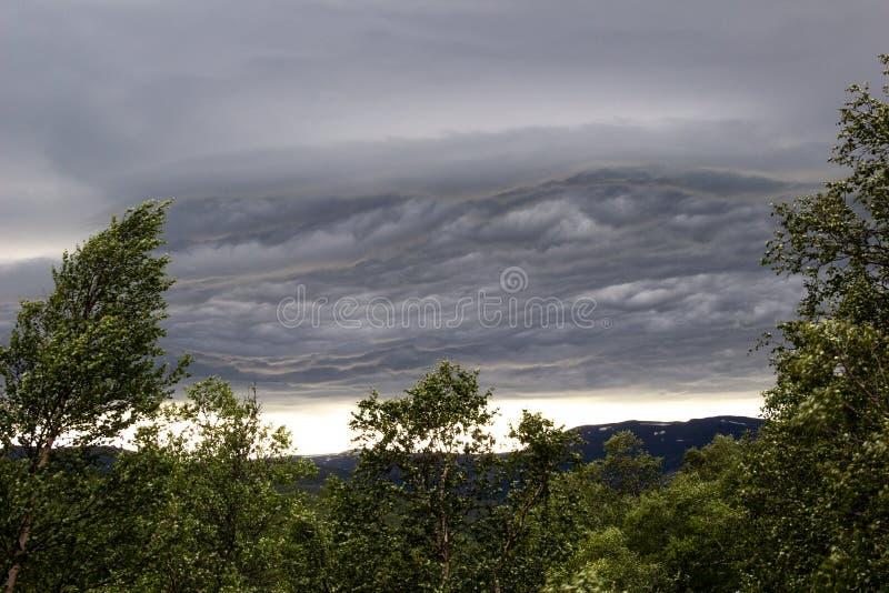 Бурное облако над горами Норвегии стоковое изображение