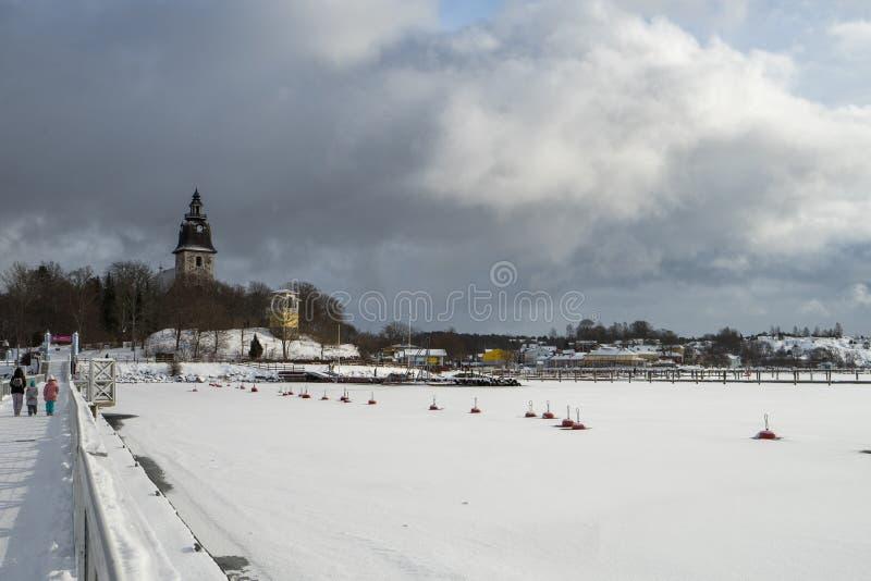 Бурное темное небо на замороженном озере во время зимы стоковые фотографии rf
