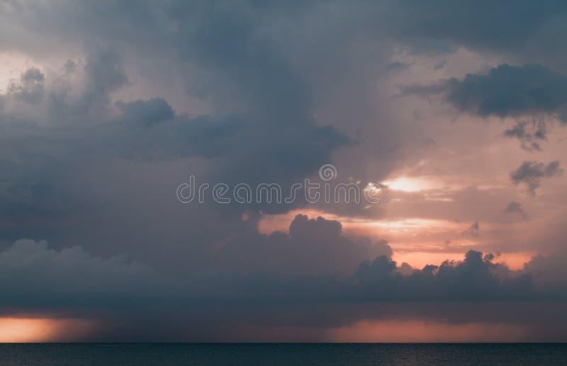 Бурное тропическое небо над океаном стоковая фотография rf