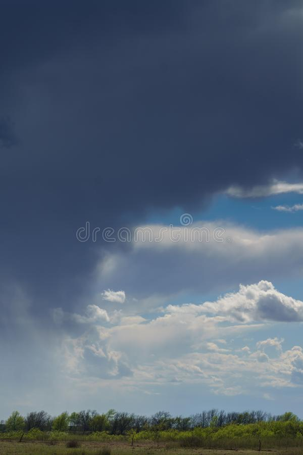 Бурные дождевые облака стоковое изображение