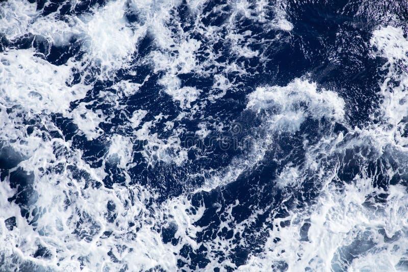 Бурные моря на солнечный день стоковая фотография