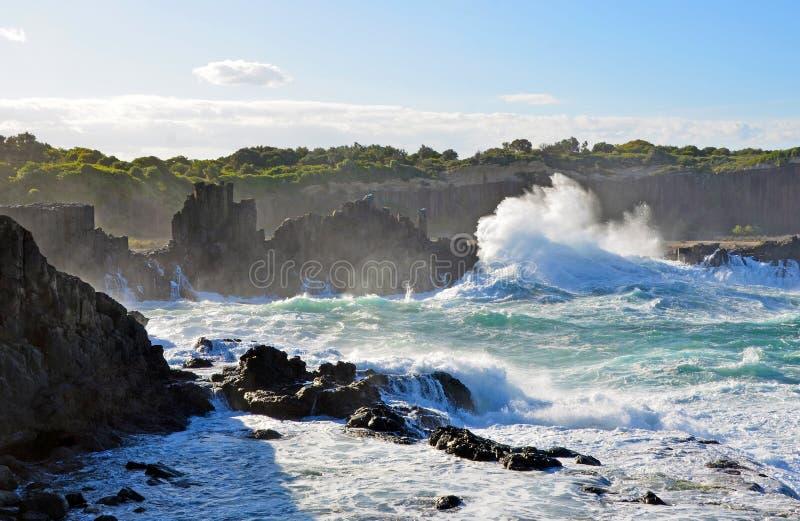 Бурные моря на headland Bombo, побережье NSW, Австралии стоковые фото