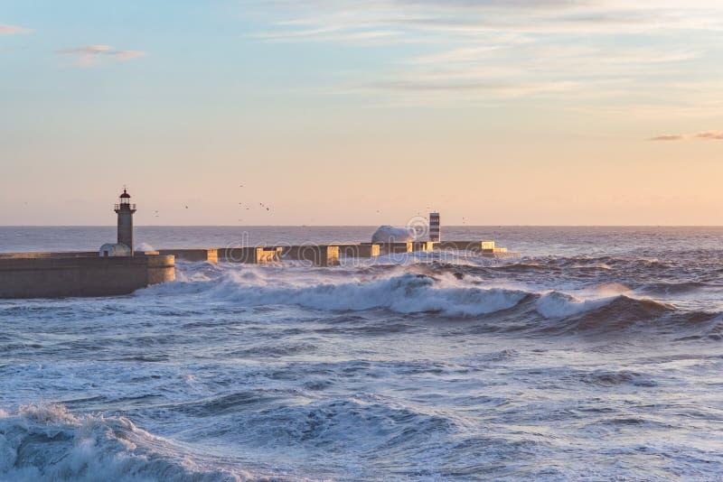 Бурные моря океана рассвета сумрака взгляда захода солнца побережья пристани волнореза развевают синь стоковые изображения rf