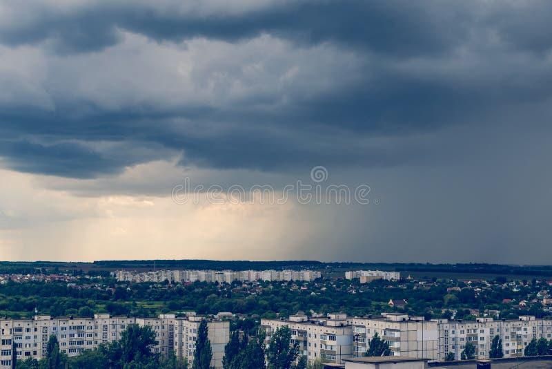 Бурные облака над городом перед тонизированным штормом, стоковая фотография rf