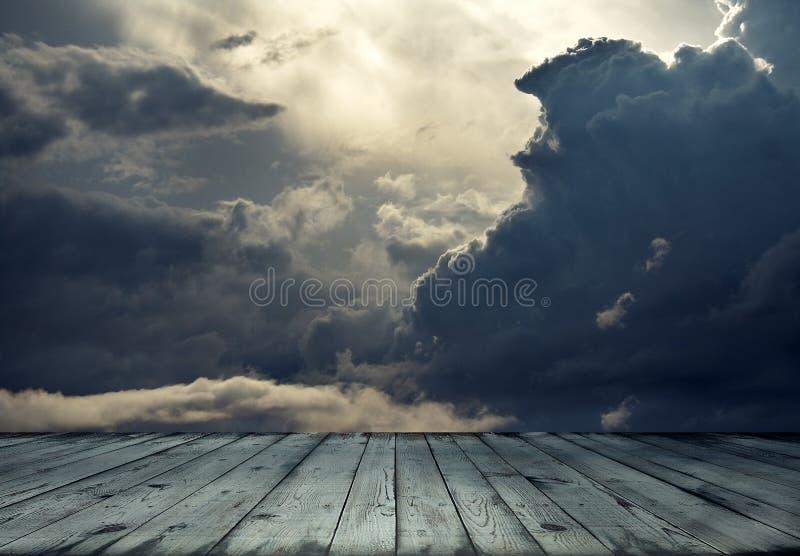 Бурный пол неба и древесины стоковые фотографии rf