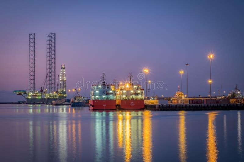 Буровая вышка Абу-Даби на порте Khalifa стоковая фотография rf