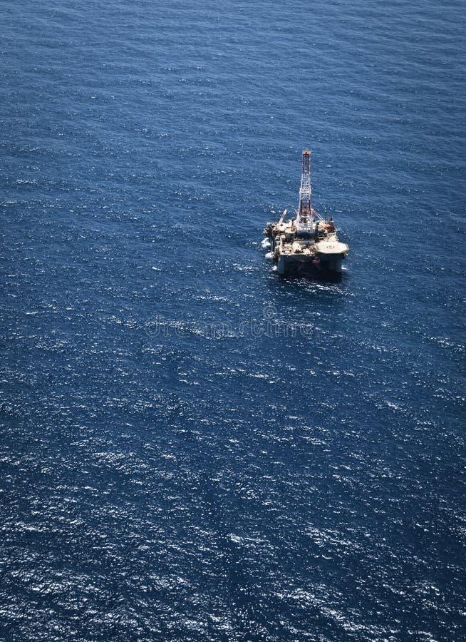 Буровая вышка на море стоковое изображение rf