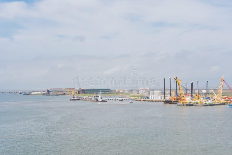 Буровые вышки на порте стоковое изображение rf