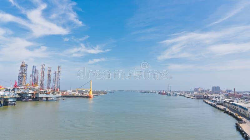 Буровые вышки на порте стоковая фотография rf
