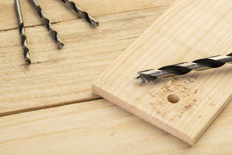 Буровые наконечники на деревянном столе, diy дома концепция стоковые фото