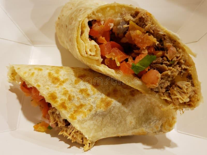 буррито с мясом и овощами, традиционной мексиканской кухней стоковая фотография rf