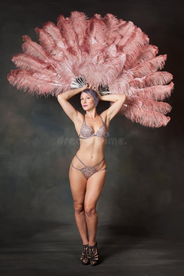 Бурлескный танцор с вентиляторами пера стоковые изображения