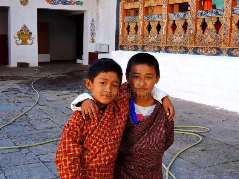 Бутанские дети на Punakha Dzong, Бутане стоковое фото