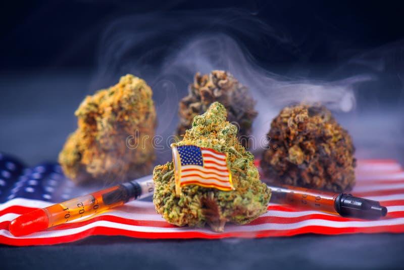 Бутоны конопли, масло и ассортимент американского флага - medica ветерана стоковые фото