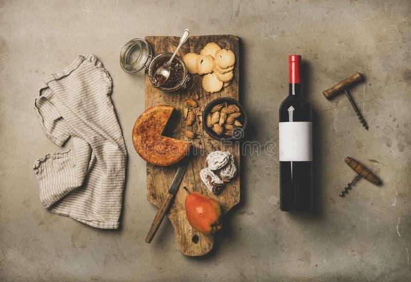 Бутылка вина, винтажные штопоры, полотенце белья и закуски всходят на борт стоковое фото rf