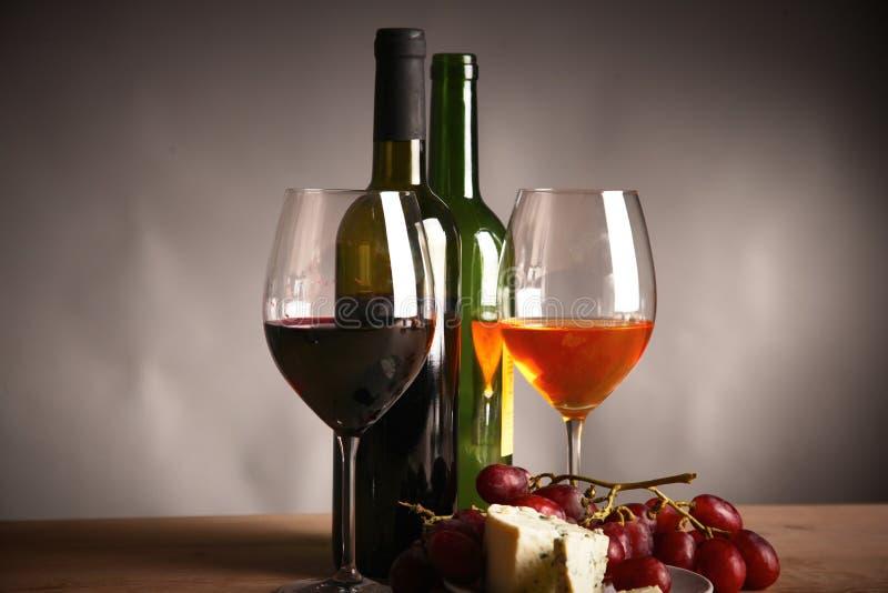 Бутылка вина и стекла на таблице стоковые изображения rf