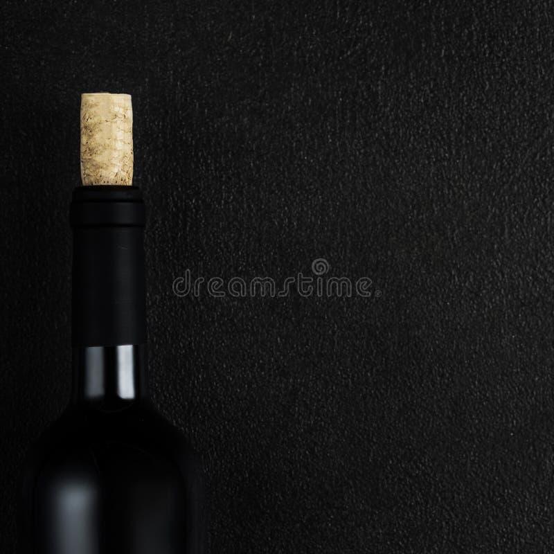 Бутылка вина на предпосылке классн классного с copyspace, вином d стоковое фото rf
