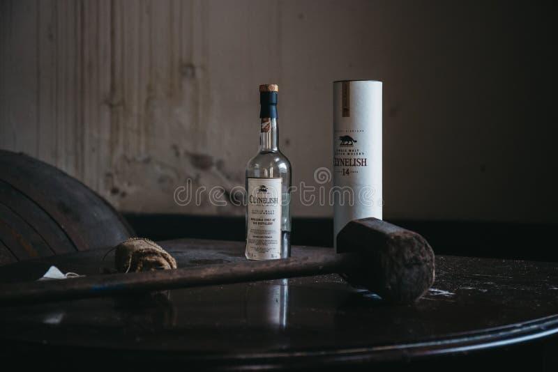 Бутылка вискиа Clynelish, деревянный молоток и ткань установили на таблицу в винокурне Brora, Шотландии стоковое фото rf