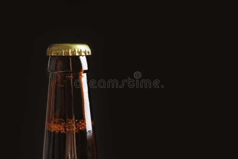 Бутылка вкусного холодного пива на черной предпосылке стоковая фотография rf