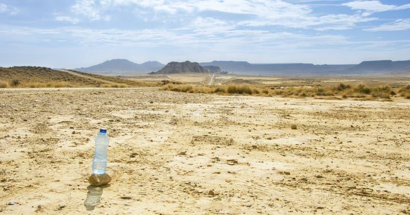 Бутылка воды в пустыне Bardenas Reales стоковая фотография