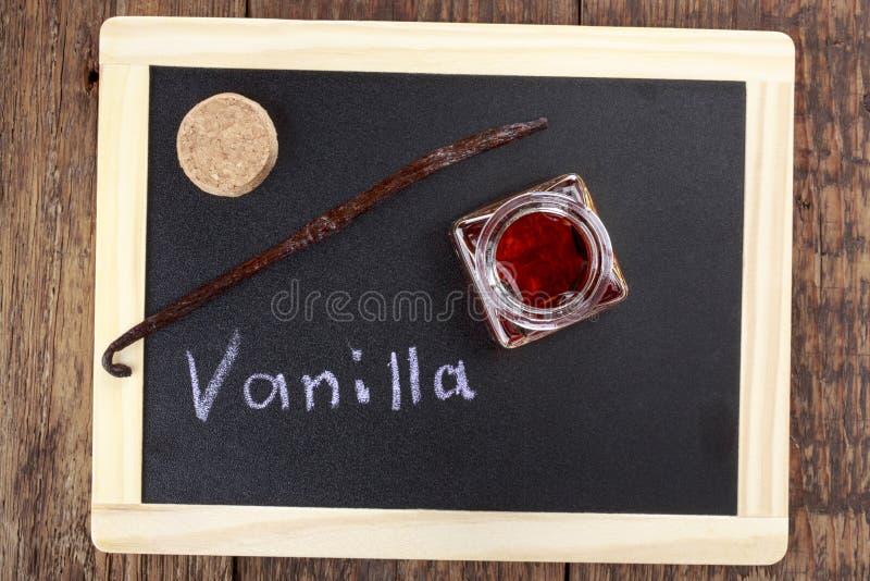 Бутылка домодельной ванильной сути стоковое изображение