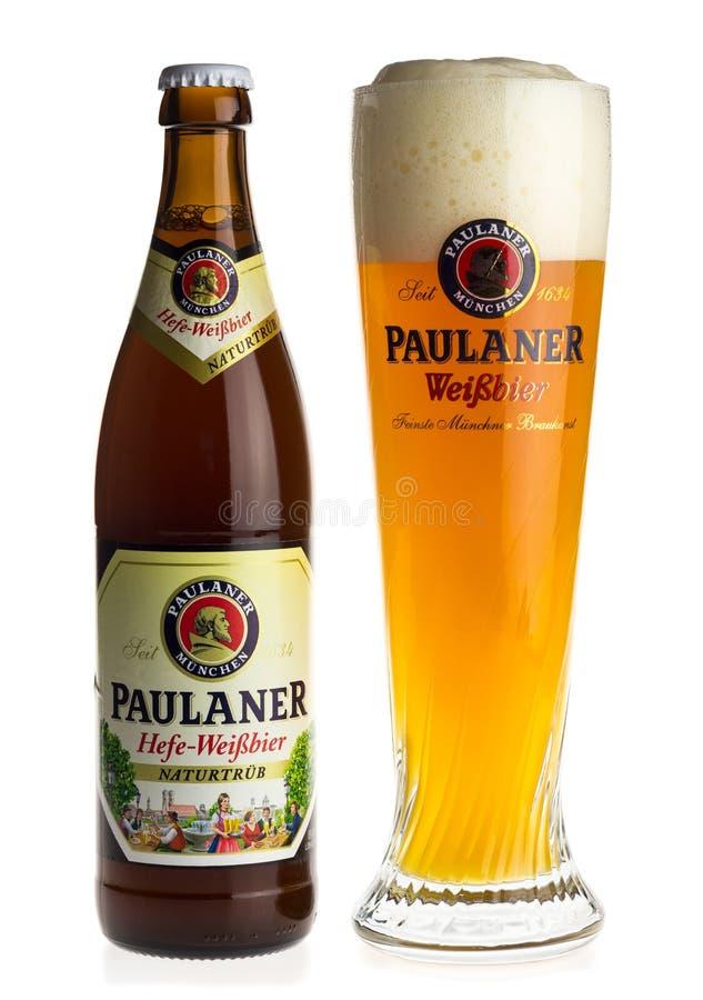 Бутылка и стекло пива пшеницы Paulaner стоковое изображение
