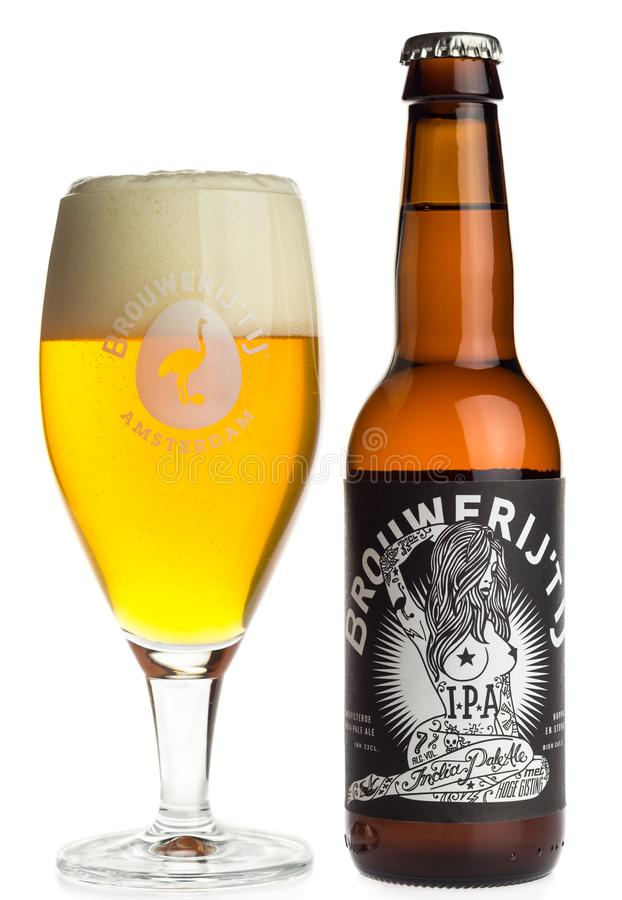 Бутылка и стекло пива Brouwerij t IJ IPA на белизне стоковая фотография rf