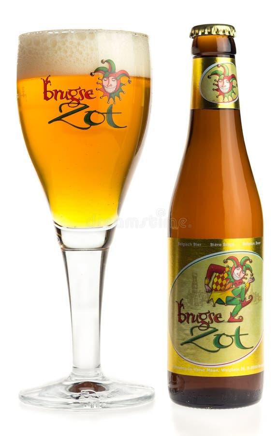 Бутылка и стекло пива Brugse Zot изолированного на белизне стоковое изображение