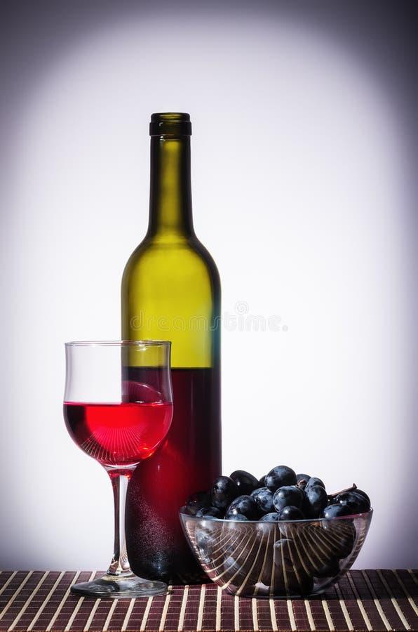 Бутылка красного вина и стекла стоковое изображение rf