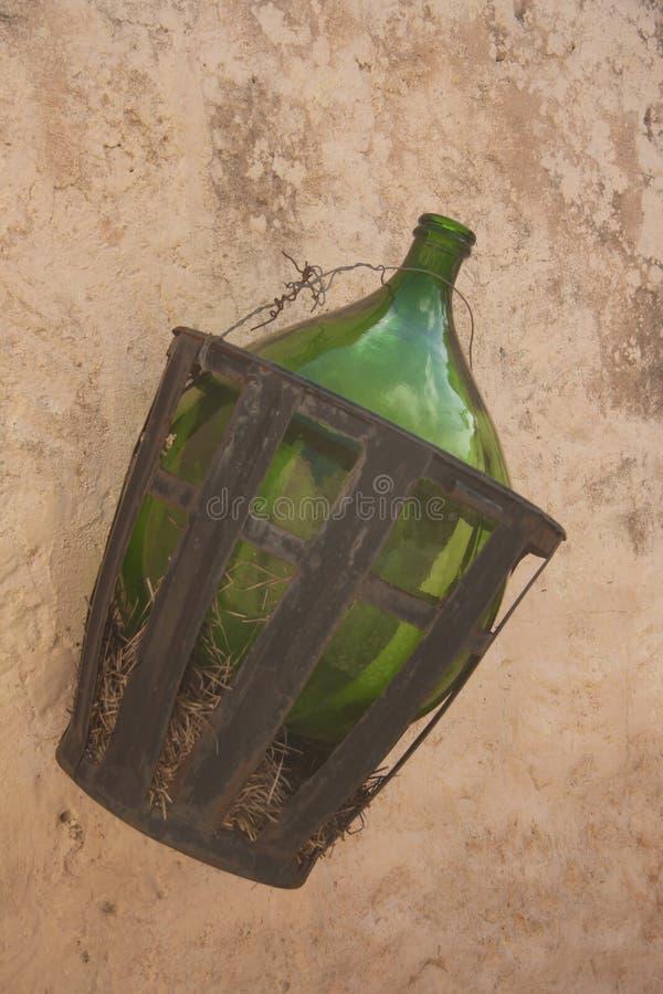 Бутылка лозы на стене стоковое фото rf