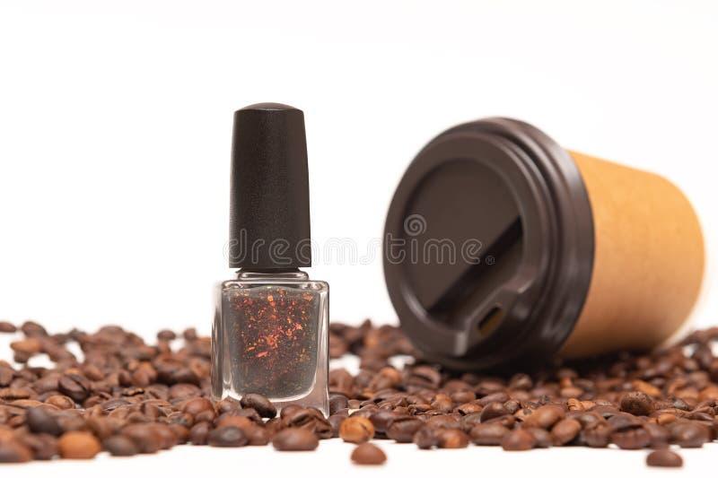 Бутылка маникюра и кофейные зерна на белой предпосылке стоковые изображения rf