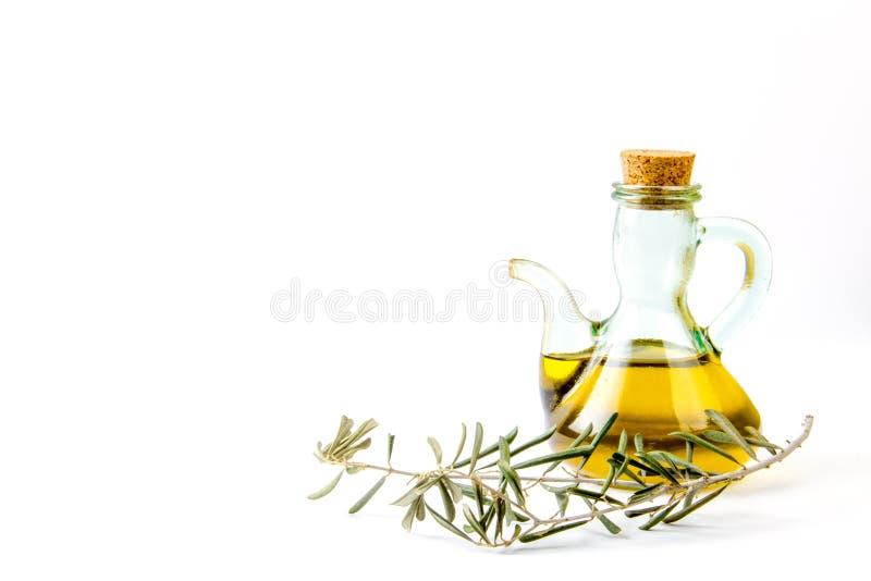 Бутылка оливкового масла стеклянная с ветвью оливкового дерева стоковое изображение rf