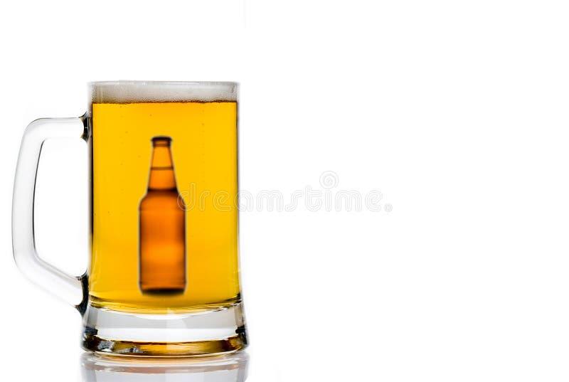 бутылка пива внутри кружки стоковая фотография rf
