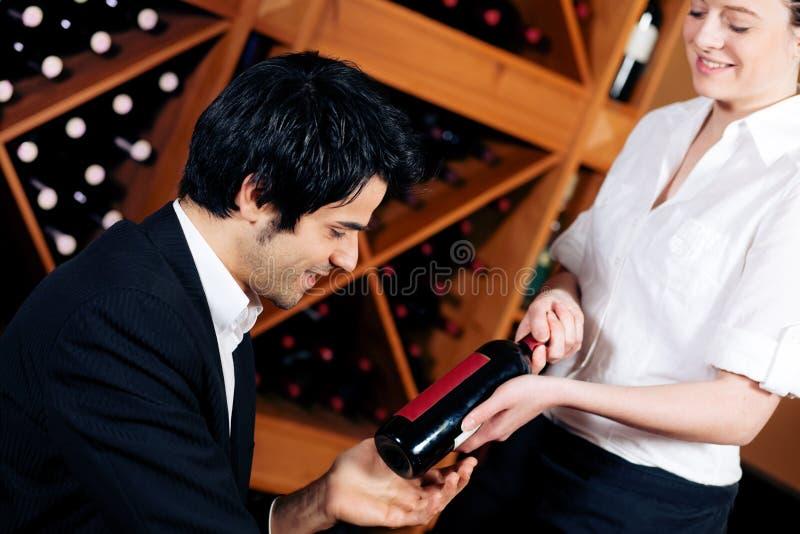 бутылка предлагает красное вино официантки стоковые изображения rf