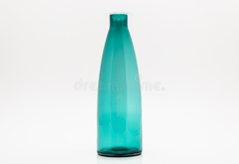 Бутылка пустой бирюзы стеклянная изолированная на белой предпосылке с путем клиппирования стоковое изображение rf