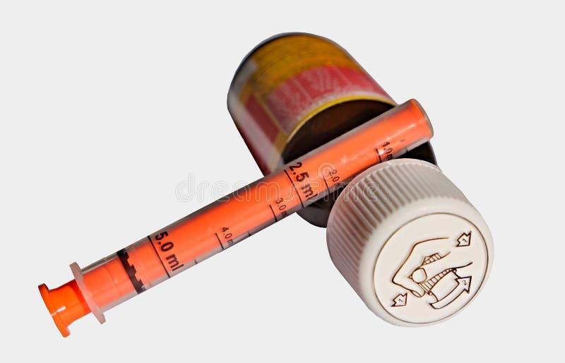 Бутылка с жидкостной медициной для детей и взрослых стоковые изображения