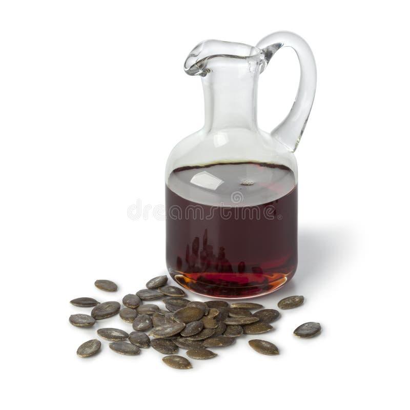 Бутылка с маслом семени тыквы и зажаренными в духовке семенами стоковая фотография rf