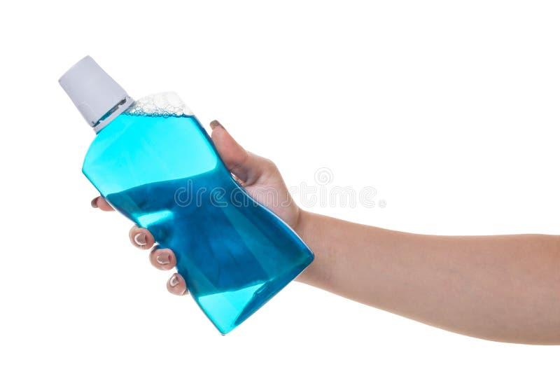 Бутылка с помощью rinse для рта в руке стоковая фотография rf