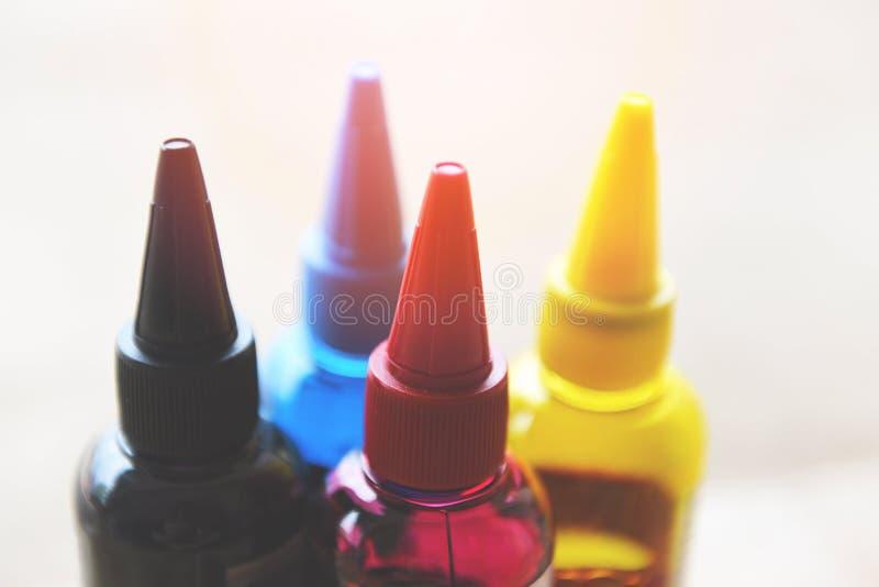 Бутылка чернил CMYK для машины принтера - красочный refill чернил установил с cyan голубой красной маджентой желтый и черный для  стоковая фотография rf