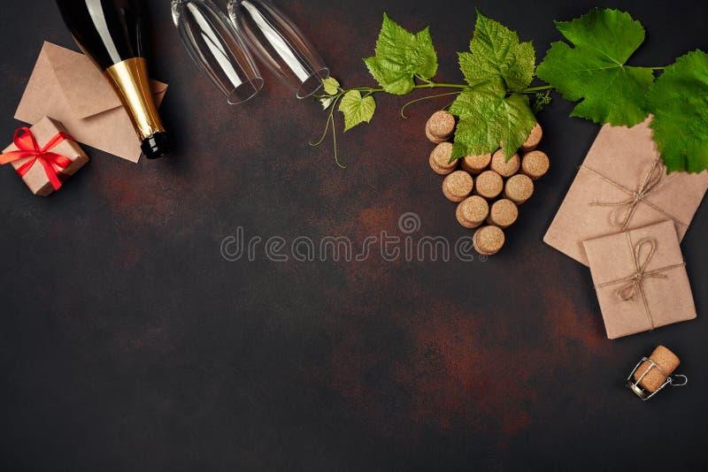 Бутылка шампанского, пука gape пробочки с листьями, winegla 2 стоковые фото