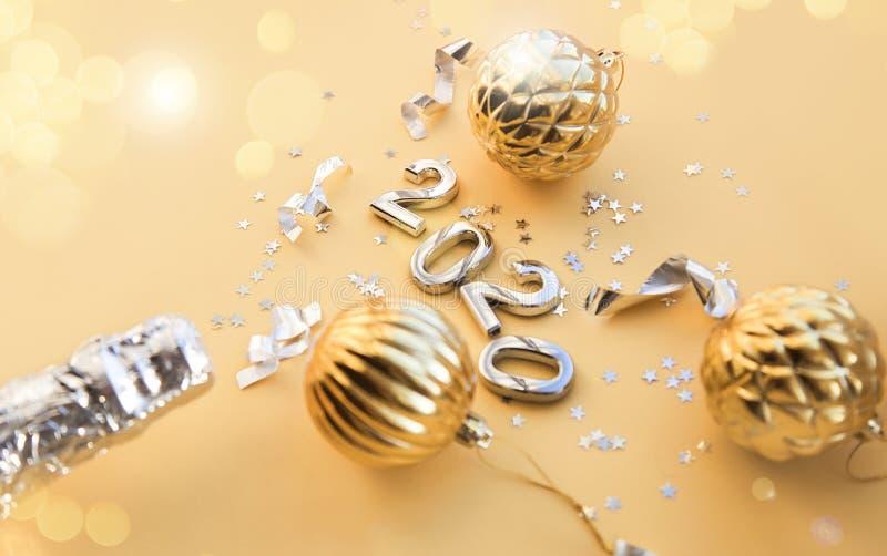 Бутылка шампанского, рождественские игрушки и рисунки 2020 Рождественский или новогодний фон, простая композиция сделана из Xmas стоковое изображение rf