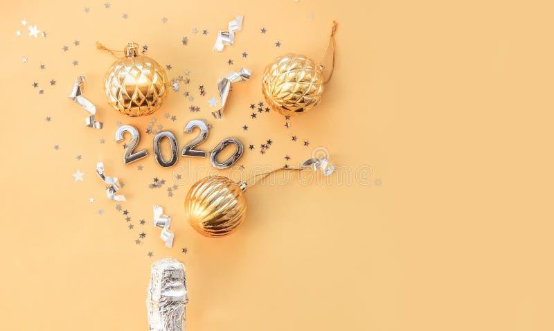 Бутылка шампанского, рождественские игрушки и рисунки 2020 Рождественский или новогодний фон, простая композиция сделана из Xmas стоковое фото
