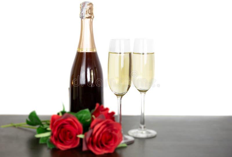 Бутылка Шампань 2 стекла и цветка красной розы изолированного на белой предпосылке стоковые фотографии rf